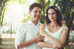 Молодые пары в влюбленности имея потеху и наслаждаясь красивой природой Стоковое Изображение RF