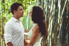 Молодые пары в влюбленности имея потеху и наслаждаясь красивой природой Стоковое Изображение
