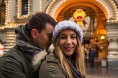 Молодые пары в влюбленности идя в город, держа руки Стоковые Изображения