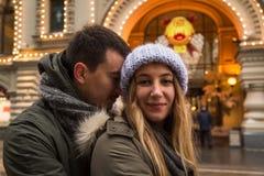 Молодые пары в влюбленности идя в город, держа руки Стоковая Фотография RF