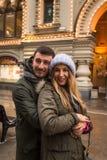 Молодые пары в влюбленности идя в город, держа руки Стоковое Изображение RF