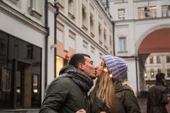 Молодые пары в влюбленности идя в город, держа руки Стоковая Фотография