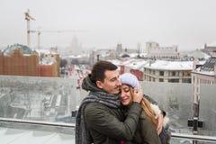 Молодые пары в влюбленности идя в город, держа руки Стоковое Изображение