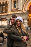 Молодые пары в влюбленности идя в город, держа руки Стоковые Фото