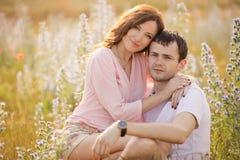 Молодые пары в влюбленности напольной стоковое фото rf