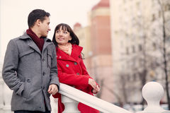 Молодые пары в влюбленности напольной Стоковые Фотографии RF