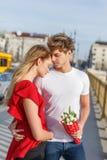 Молодые пары в влюбленности на первом датировка на мосте стоковые фотографии rf