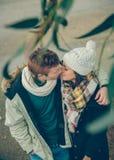 Молодые пары в влюбленности обнимая и целуя Стоковое фото RF