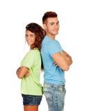 Молодые пары в влюбленности спина к спине стоковые фото
