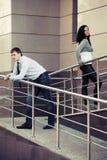 Молодые пары в конфликте на офисном здании Стоковое фото RF