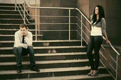 Молодые пары в конфликте на шагах Стоковые Фото