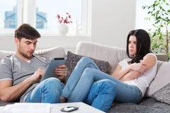 Молодые пары в конфликте, парень с таблеткой Стоковое Изображение