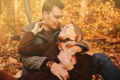 Молодые пары в осени Стоковое Изображение