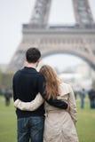 Молодые пары в Париже стоковое изображение rf
