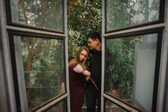 Молодые пары в парнике не смотря в камере Стоковая Фотография