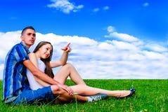 Молодые пары в природе Стоковое Фото