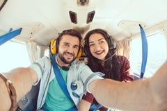Молодые пары в самолете Стоковые Изображения RF
