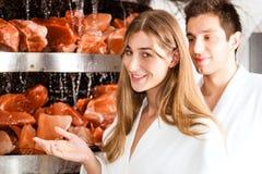 Молодые пары в подземелье соли спы Стоковые Изображения RF