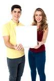 Молодые пары влюбленности с коробкой пиццы Стоковое Изображение RF