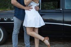 Молодые пары влюбленн в классический автомобиль Стоковая Фотография RF