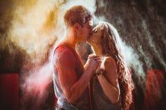 Молодые пары в holi красок стоковые фото