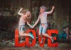 Молодые пары в holi красок стоковое фото rf