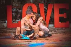 Молодые пары в holi красок стоковое изображение