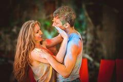 Молодые пары в holi красок стоковые фотографии rf