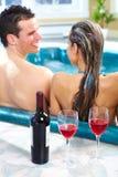 Молодые пары в jacuzzi. Стоковое Изображение RF