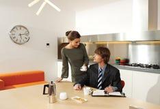 Молодые пары в lhn кухни Стоковые Изображения