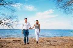 Молодые пары гуляя на пляж пары любят романтичное Стоковая Фотография