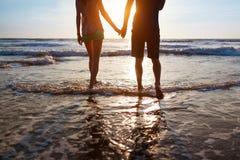 Молодые пары гуляя на пляж Стоковые Фото