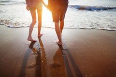 Молодые пары гуляя на пляж Стоковые Фотографии RF