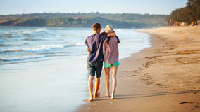 Молодые пары гуляя на пляж Стоковое фото RF