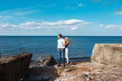 Молодые пары гуляя на пляж Стоковое Изображение