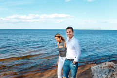 Молодые пары гуляя на пляж Стоковые Изображения RF