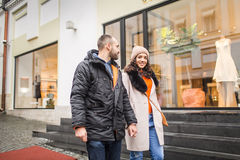 Молодые пары держа дальше к его руке, прогулке в городе Стоковая Фотография RF