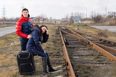 Молодые пары держа вахту для поезда Стоковая Фотография RF
