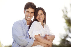 Молодые пары держа каждое другое в парке Стоковые Фото