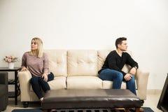 Молодые пары держа некоторое расстояние Стоковые Изображения RF