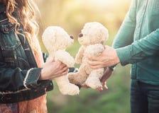 Молодые пары держа 2 плюшевого медвежонка Стоковое Изображение RF