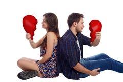 Молодые пары держа разбитый сердце Стоковые Изображения RF