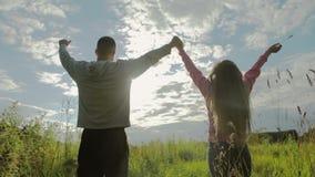 Молодые пары держа руки в пшеничном поле дальше акции видеоматериалы