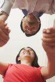 Молодые пары держа руки Стоковое Фото