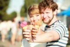 Молодые пары есть мороженое внешнее Стоковые Изображения RF