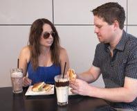 Молодые пары есть обед на кафе Стоковые Фотографии RF