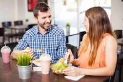 Молодые пары есть совместно и flirting Стоковое Изображение RF
