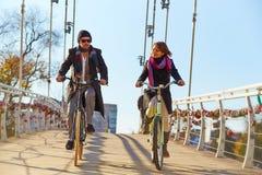 Молодые пары ехать велосипед Стоковое фото RF