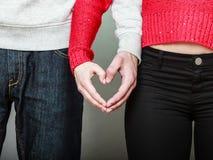 Молодые пары делая форму сердца руками Стоковая Фотография RF