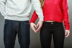 Молодые пары делая форму сердца руками Стоковые Изображения
